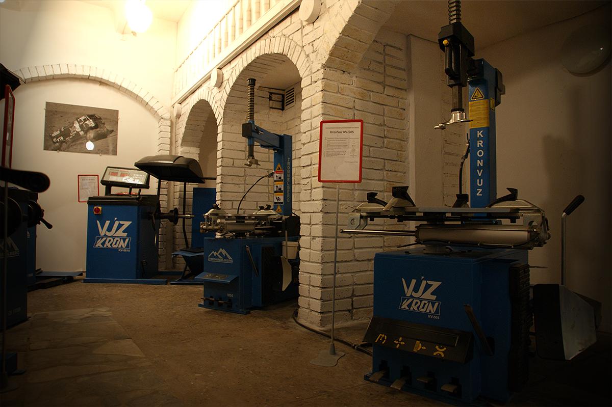 Выставочный зал шиномонтажного оборудования компании КРОН